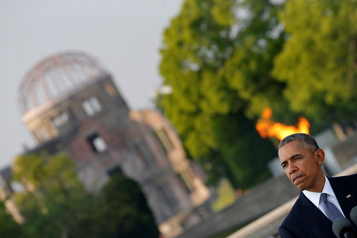 U.S. President Barack Obama and Japan's Prime Minister Shinzo Abe (not pictured) attends a ceremony at the Atomic Bomb Dome at Peace Memorial Park in Hiroshima, Japan May 27, 2016. REUTERS/Carlos Barria - RTX2EIUT